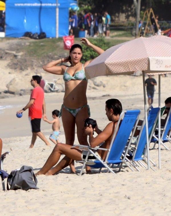Priscila Fantin deixa o filho em casa e mostra o corpão em praia com marido