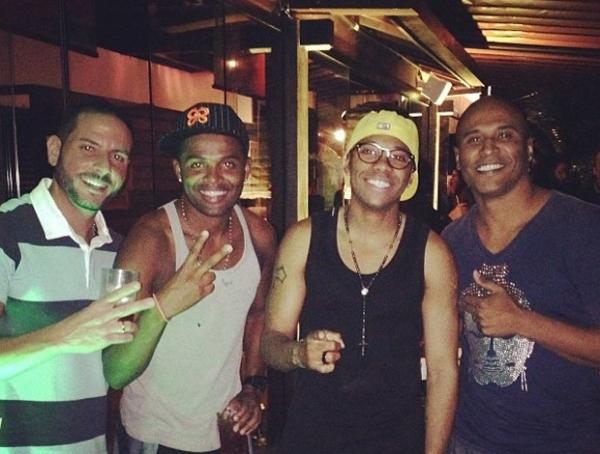 Robinho curte noite de férias no Brasil cheio de estilo ao lado de amigos