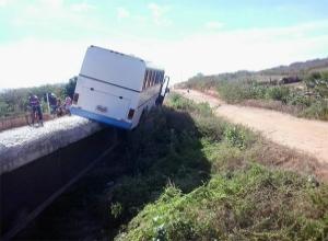 Ônibus fica pendurado em ponte após sofrer acidente no Piauí