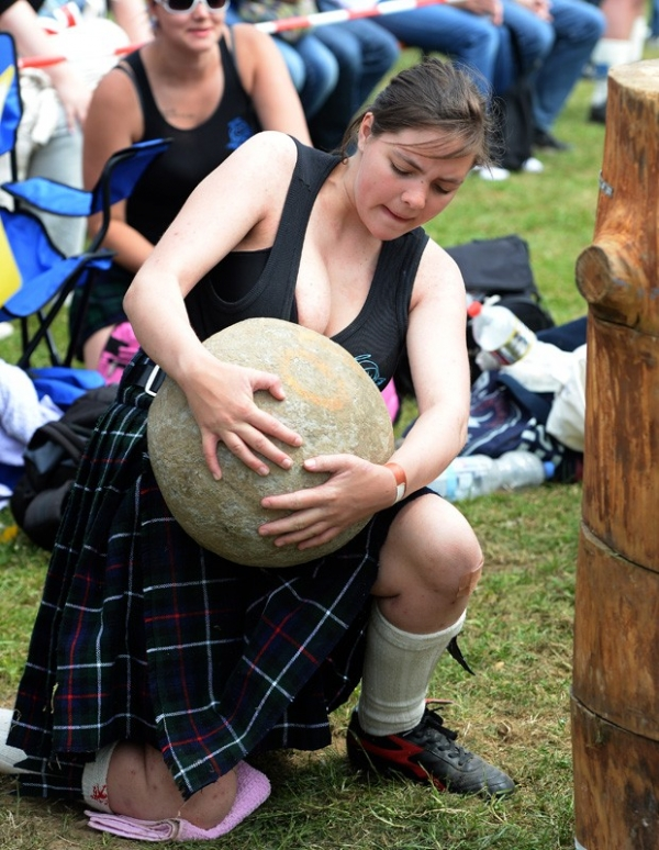 Competidores de saia mostram força em festival escocês na Alemanha