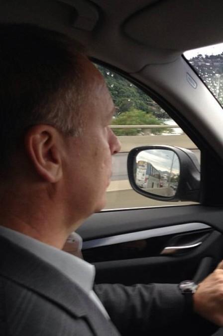 Flamengo: Mano Menezes dirige o próprio carro a caminho de apresentação