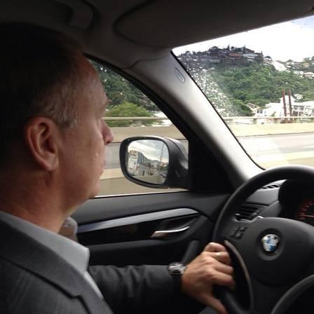 Mano Menezes dirige o próprio carro a caminho da apresentação no Flamengo