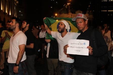 Artistas vestem a bandeira do Brasil e saem em protesto no Rio; fotos