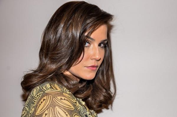 Deborah Secco alonga e pinta os cabelos em salão de beleza