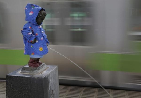 Estátua de menino urinando ganha capa de chuva e botas no Japão