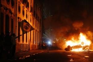 Maior onda de protestos no Brasil em 21 anos leva mais de 250 mil pessoas às ruas
