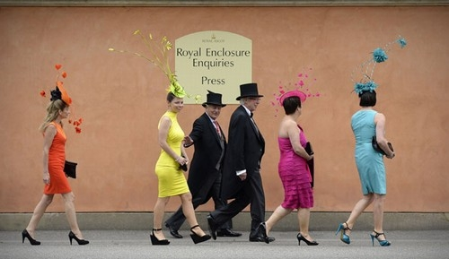 Chapéus curiosos roubam a cena em tradicional evento inglês