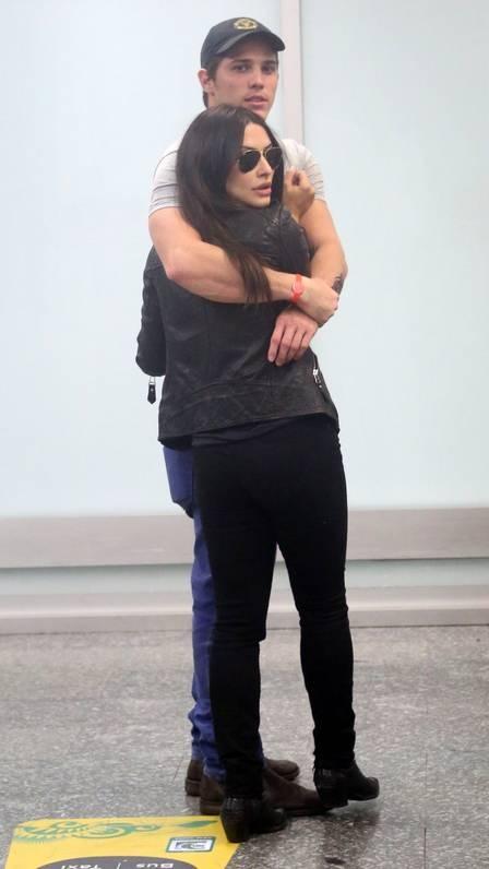 Cleo Pires é recebida com beijão por Rômulo Arantes Neto em aeroporto, após viagem internacional