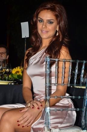 Paloma Bernardi aposta em fenda e exibe as pernas durante evento
