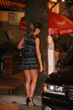 Sato é só chamego com  o namorado; depois,  mostra belas pernas