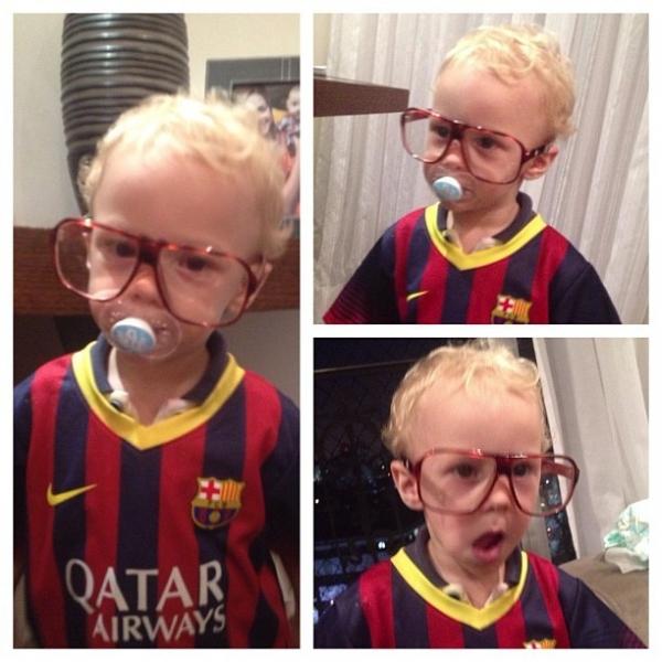 Davi Lucca, filho de Naymar, posa com uniforme do Barcelona e óculos de nerd