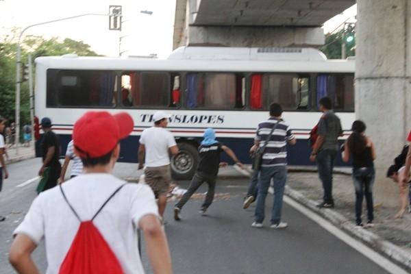 Manifestação pelas ruas de Teresina reuniu 15 mil pessoas e teve depredação de dois ônibus