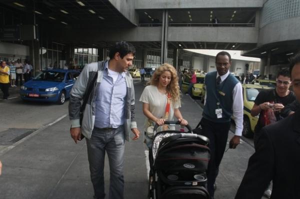 Shakira desembarca com o filho no Rio para assistir a jogo do marido