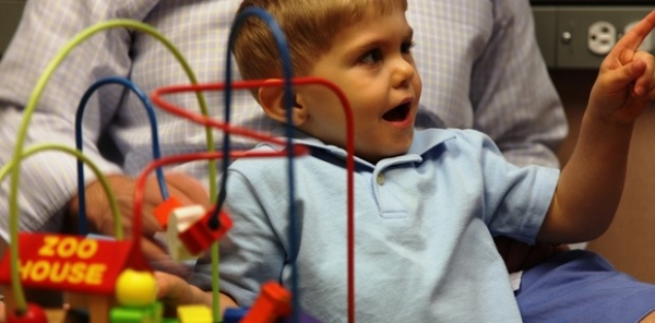 Cirurgia inédita faz garoto ouvir pela 1ª vez a voz do pai