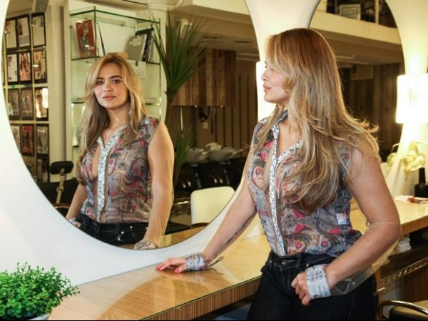 Com blusa transparente e sem o sutiã, Geisy Arruda exibe novo visual