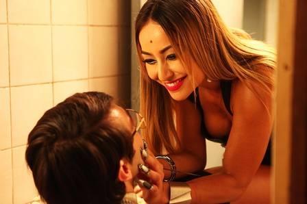De barriguinha e pernão, Sabrina Sato para o ataque com unhas e facas em filme