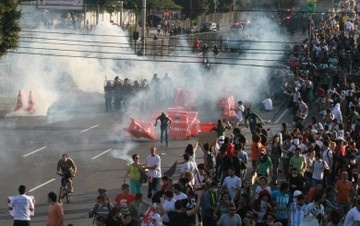 Manifestantes acusam polícia de excessos: