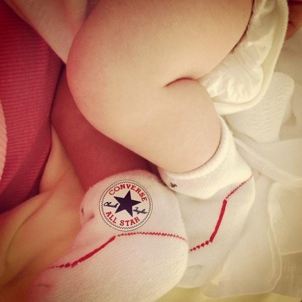 Samara Felippo mostra o pezinho de sua filha recém-nascida