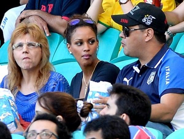 Amada de Balotelli assiste a Brasil x Itália da arquibancada da Fonte Nova