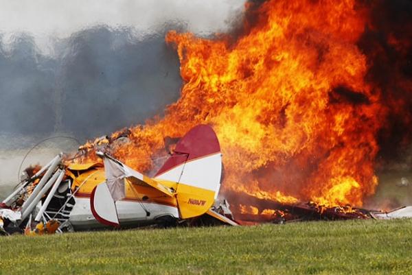 Avião cai durante acrobacia e mata dois nos Estados Unidos