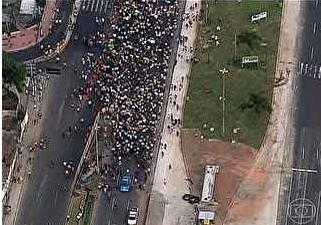 Doze eram menores de idade, segundo informações da Polícia Civil. Furtos aconteceram perto de ato pacífico na Barra da Tijuca.