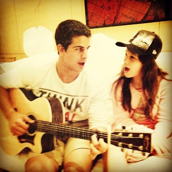 Enzo Celular toca violão para a irmã Sofia