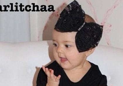 Ex-BBB Karla mostra look ?ousado? de sua ?it-baby?: saia de animal print e bota