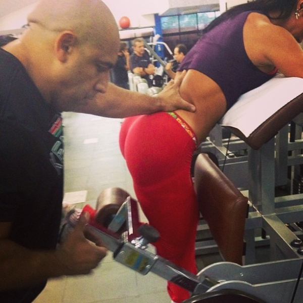 Gracyanne Barbosa empina o bumbum durante exercícios na academia