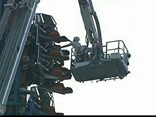 Turistas ficam presos em asentos de montanha-russa a 30 m do chão