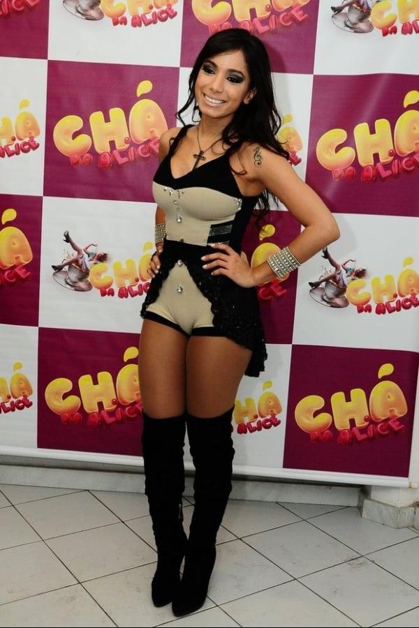 Anitta surge dentro de gaiola em show e lembra militância: