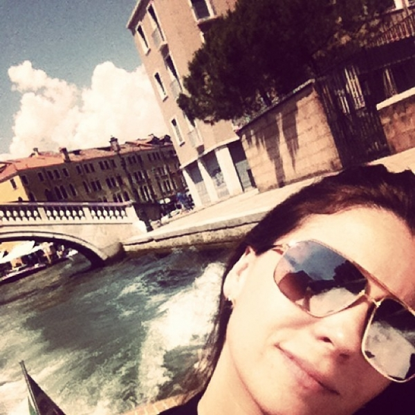 Giovanna Antonelli relaxa durante passeio de lancha em Veneza