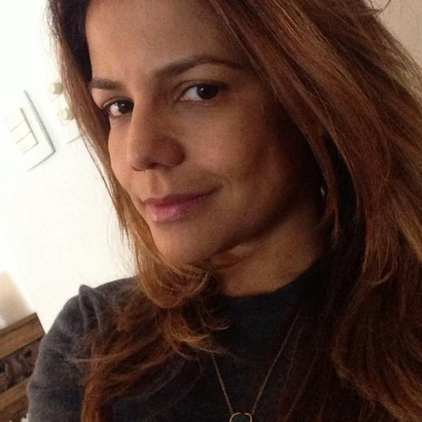 Nívea Stelmann mostra o rosto sem um pingo de maquiagem
