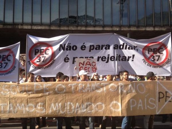 Protesto reúne 35 mil pessoas contra o projeto de aprovação da  PEC 37