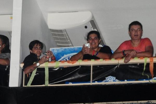 Thammy Miranda chega com um grupo de  amigas e curte show no Rio acompanhada