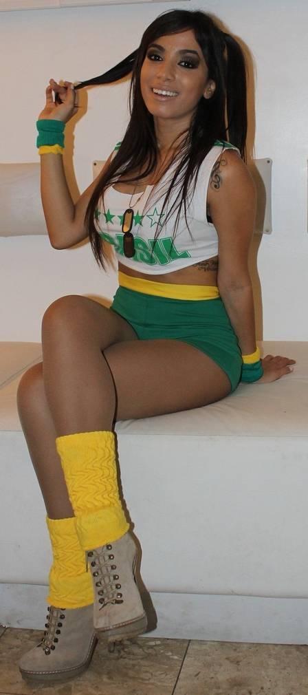 Anitta revela por quem ela baba na Copa das Confederações: ?É tanto homem lindo que fica difícil escolher um?
