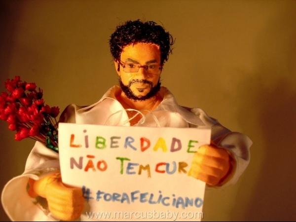 Artista cria boneco de Renato Russo em protesto contra