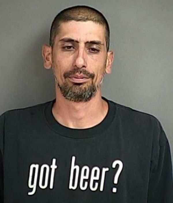 Bêbado é preso ao dirigir usando camiseta com frase