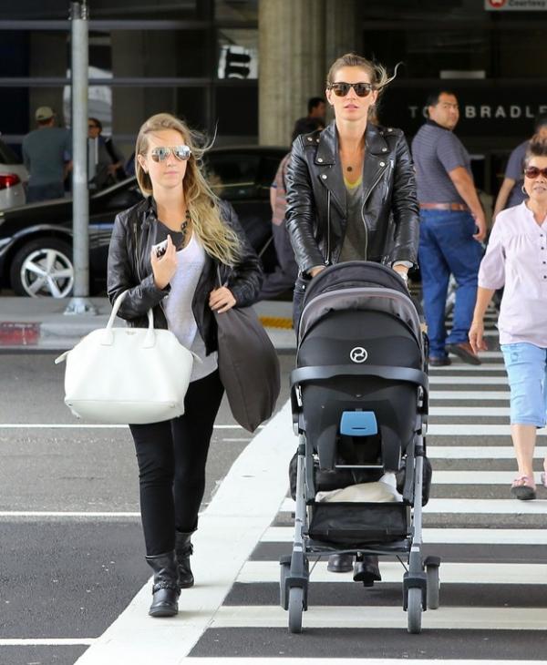 Bündchen é clicada na chegada aos EUA levando a filha, Vivian, em carrinho