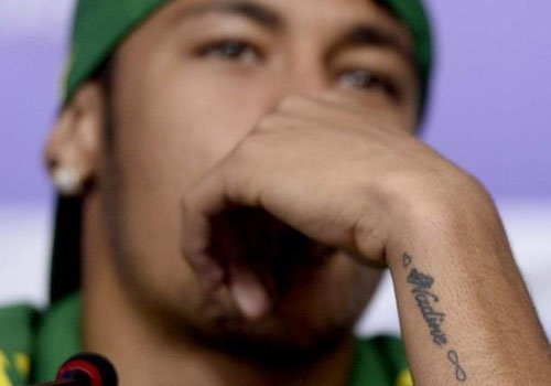 Brinco personalizado, relógio; veja acessórios utilizados por Neymar