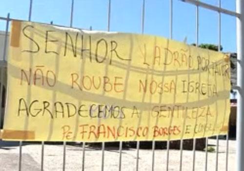 Cartazes inusitados feitos por padre pedem que paróquia não seja assaltada