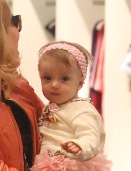 Eva vai às compras em shopping com a mamãe Angélica; veja fotos