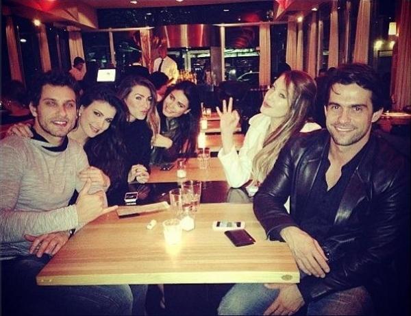 Após 1 mês de separação, Eli e Kamilla reatam e jantam juntinhos com amigos