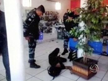 Cliente reage durante roubo em loja e acaba matando assaltante de 19 anos