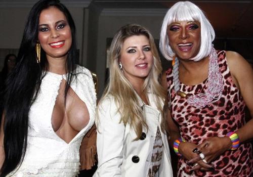Ex-BBB Iris Stefanelli e Lorena Bueri, superdecotada, vão ao Miss Gay