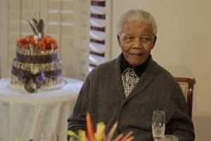 Médicos propõem desligar aparelhos que mantêm Mandela vivo, diz jornal