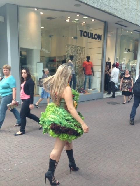 Mulher Maçã se veste de alface e passeia por Ipanema, no Rio