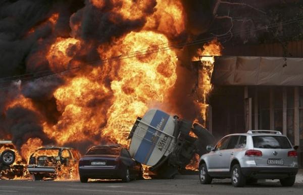 Caminhão-tanque explode e incendeia carros no Cazaquistão