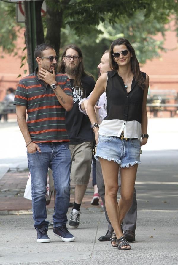 Com o marido empresário, top brasileira  circula em NY de shortinho e transparência