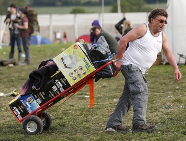 Para evitar aperto, homem carrega cervejas e banheiro portátil em festival