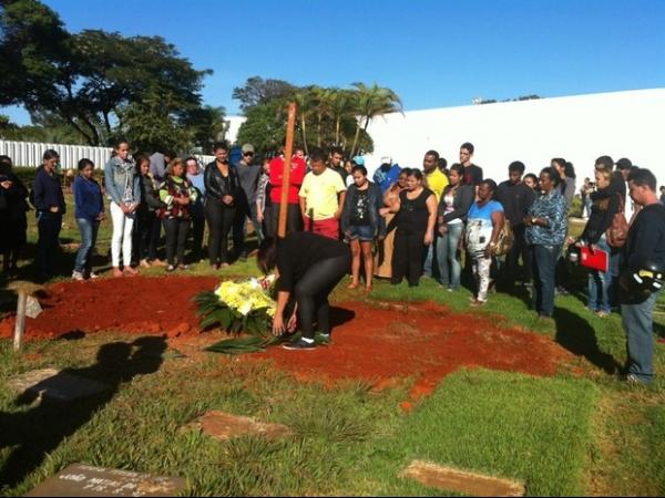 Corpo de jovem que caiu de viaduto em protesto é enterrado